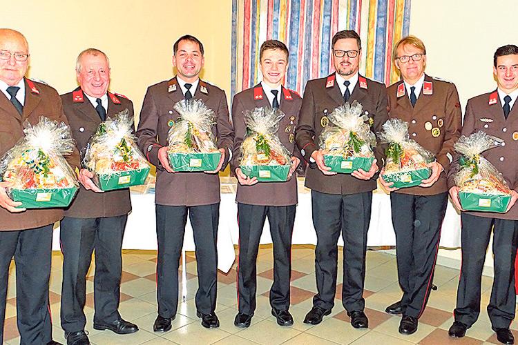 Die Übungssieger des Jahres 2018 wurden mit Geschenkskörben belohnt.