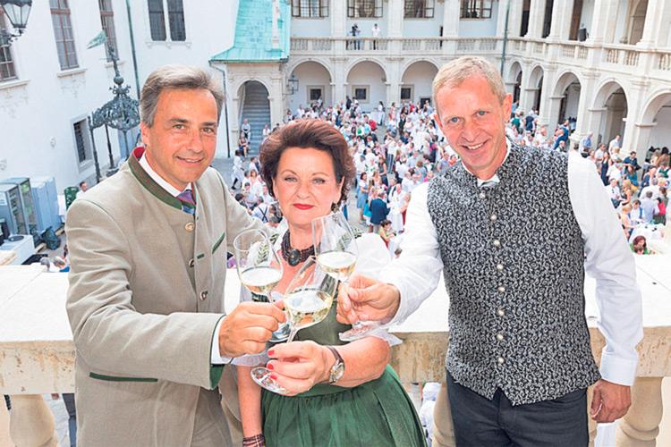 Bürgermeister Siegfried Nagl und Touristik-Chef Mag. Dieter Hardt-Stremayr wissen, was sie an ihrer Waltraud Hutter haben.