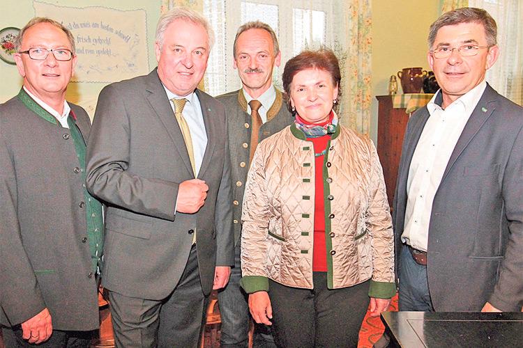 Mag. Edith Felber mit Landeshauptmann Hermann Schützenhöfer und den Stützen der steirischen Volkspartei in der Feldbacher VP-Zentrale.
