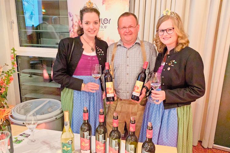 """Franz Pichler war u.a. mit der Rotwein-Cuvee """"Nostradamus"""" im Finale vertreten. Am Foto mit den Weinhoheiten Maria und Lisa."""
