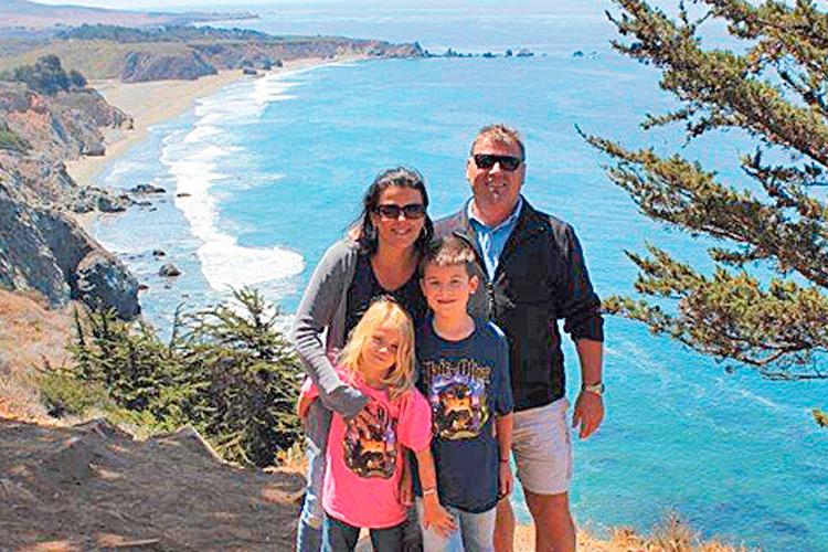 Ehepaar Skalnik mit den Kindern Valentin und Hanna an der Küste Kaliforniens.