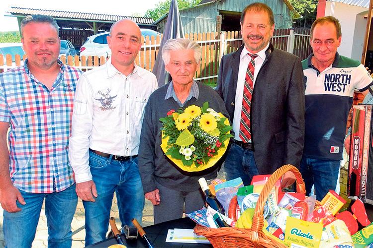 Der hundertjährige Jubilar Florian Vögl mit der Gemeindevertretung von Gersdorf.