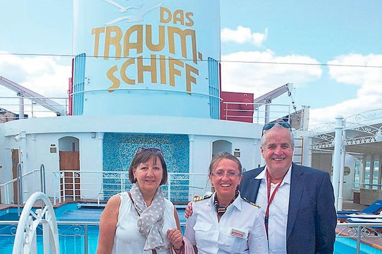 """Karola als Entertainment-Direktorin auf dem """"Traumschiff""""."""