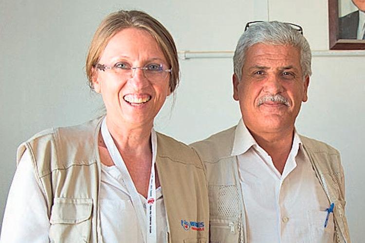 Karola mit dem Direktor eines Schul-Camps.