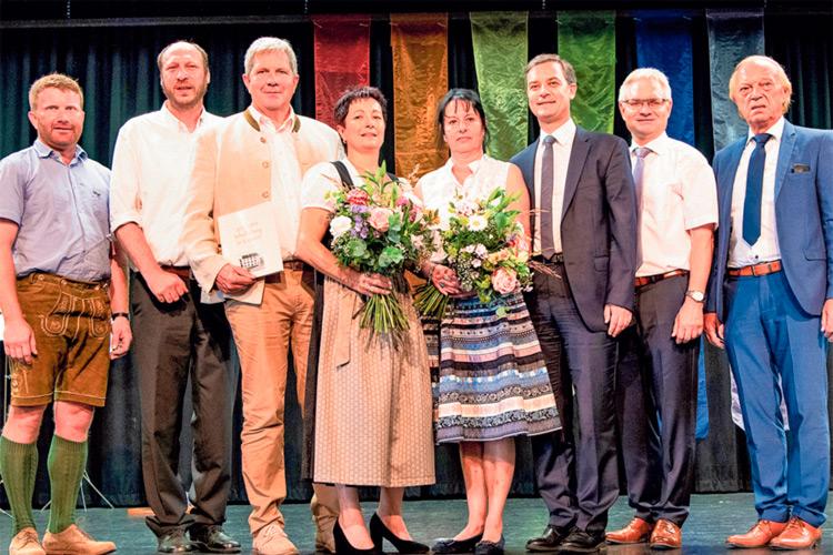 Die beiden Schuldirektorinnen mit Bgm. Ing. Thomas Teubl und einigen Ehrengästen im Kultursaal Kaindorf.