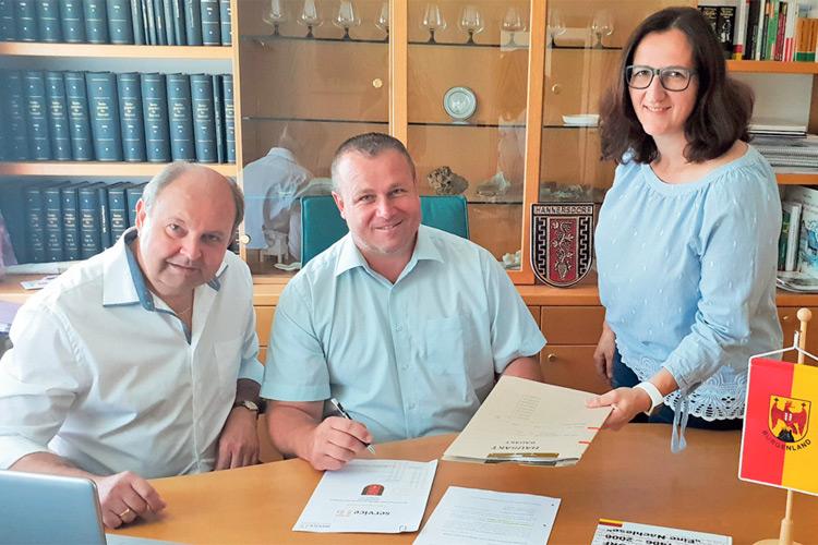 Bgm. Gerhard Klepits (mi.) mit OAR Josef Fixl und Daniela Unger.