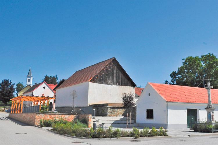 Ein echter Blickfang ist der Dorfplatz in Woppendorf.