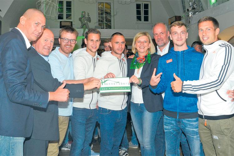 Ronni Gollatz (3. v. li.) war Gastgeber für den 1. Rapidstammtisch am Hannersberg.