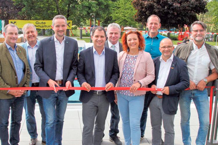 Gemeinsam mit LH-Stv. Mag. Schickhofer wurde das Freibad feierlich eröffnet.