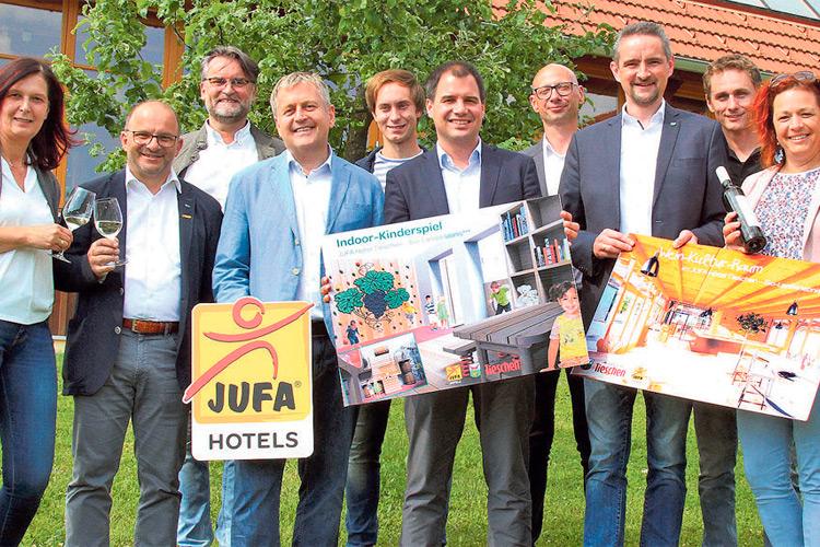 Die Verteter von JUFA, Politik und Gemeinde freuen sich sehr über die JUFA-Erweiterung.