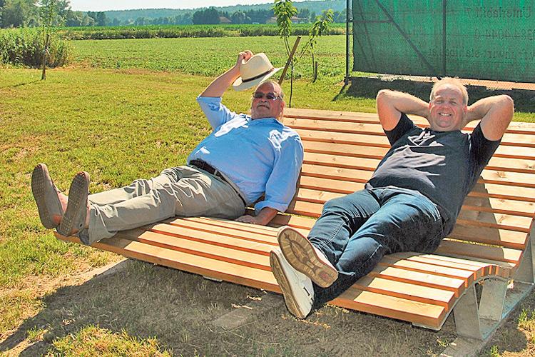 Auf dieser Relaxlliege aus Holz fühlten sich die beiden Schwarzaubach-Initiatoren sehr wohl und von Alltag und Stress entschleunigt.