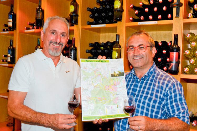 """Auch in der Vinothek liegt """"Wandern und Wein"""" für Touristen auf."""