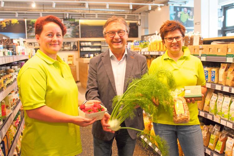 Begeistert von der Genuss Ecke zeigt sich Bürgermeister Toni Vukan mit den Verkäuferinnen Gerlinde Peheim und Elisabeth Strommer.