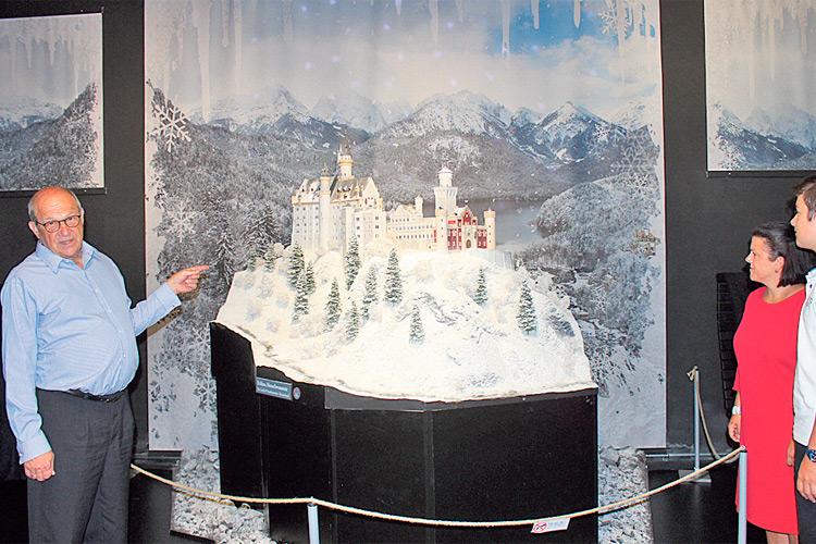 Das Modell des Schlosses Neuschwanstein verzaubert die Mädchen.