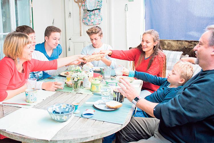 """Beim gemeinsamen Familientisch wird geplaudert und mit Freude gegessen und getrunken. Weil gutes Essen """"Leib und Söl zsammhalt""""."""