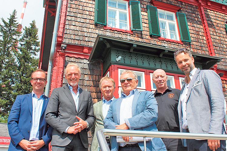 Mit 99ers Gondel auf den Schöckl: Bernd Vollmann, Stadtrat Riegler, 99ers Chef Pildner-Steinburg, Trainer Doug Mason und Verbandschef Dr. Philip Hofer.