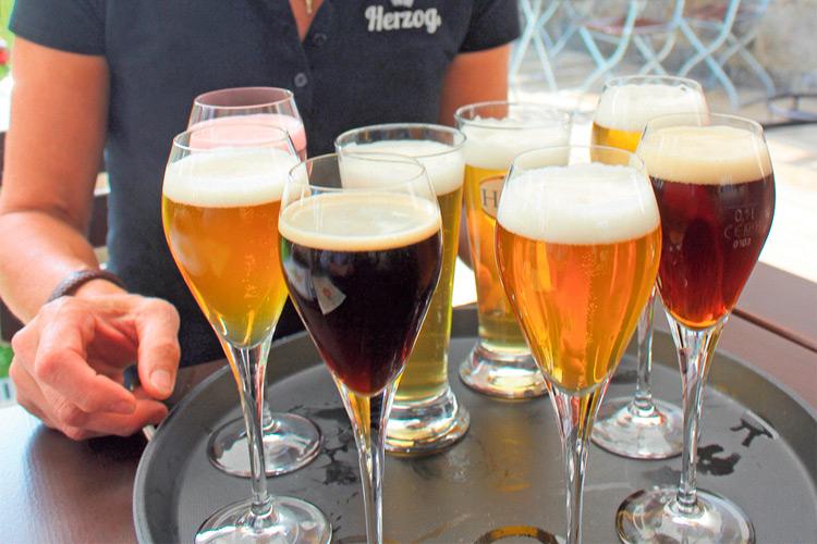 """Bis zu 80 verschiedene Biere brauen Braumeisterin Anita Herzog und ihr Sohn Hannes. Höchste Bierqualitäten in allen Geschmacksrichtungen. Für jeden Geschmack gibt es in der """"Bierbotschaft"""" somit das richtige Bier."""