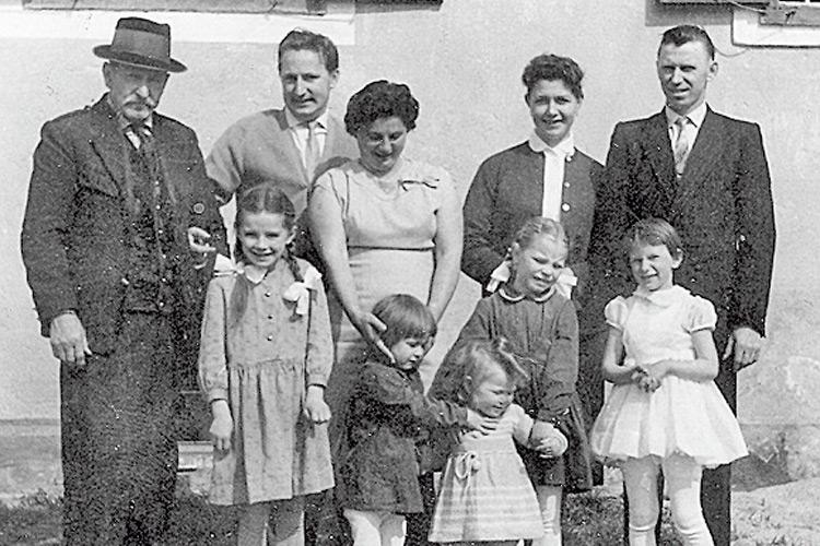 Die Kleinste ist Franziska mit drei Schwestern und Cousine auf dem Bauernhof.