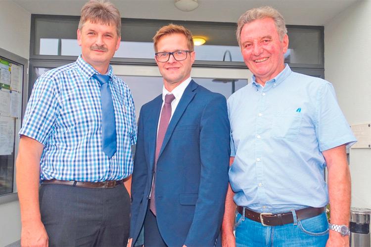 Bgm. Gerald Klein mit Vizebgm. Karl Käfer (l.) und GK Willibald Paar (r.).