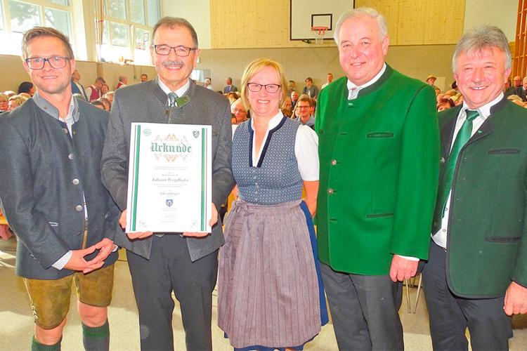 Ehrenbürger Bgm. a. D. Hans Weiglhofer mit Gattin und Gratulanten.