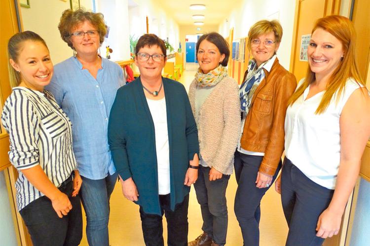 Das Team der Volksschule mit Dir. Marianne Schlagbauer (3.v.l.).