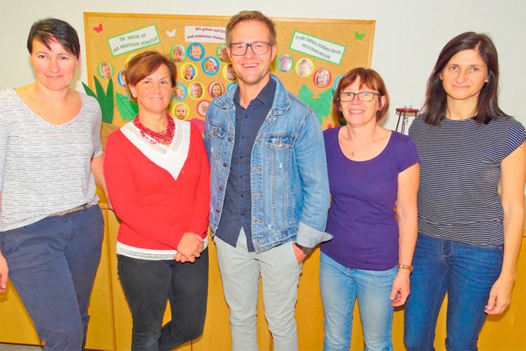 Das Kindergartenteam mit Leiterin T. Seemann (2.v.r.) u. Bgm. Klein.
