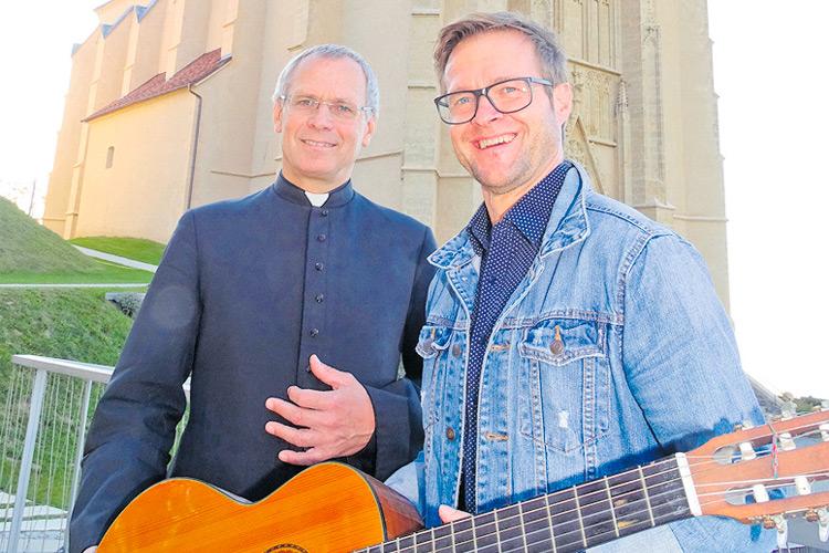 Bgm. Klein und Pfarrer Ibounig vor der Wallfahrtskirche.