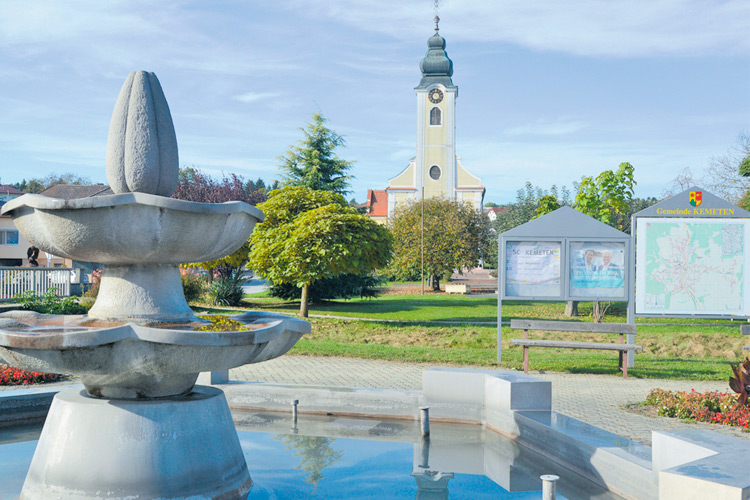 Der Dorfbrunnen mit Blick auf die Kirche ist ein wahrer Blickfang.
