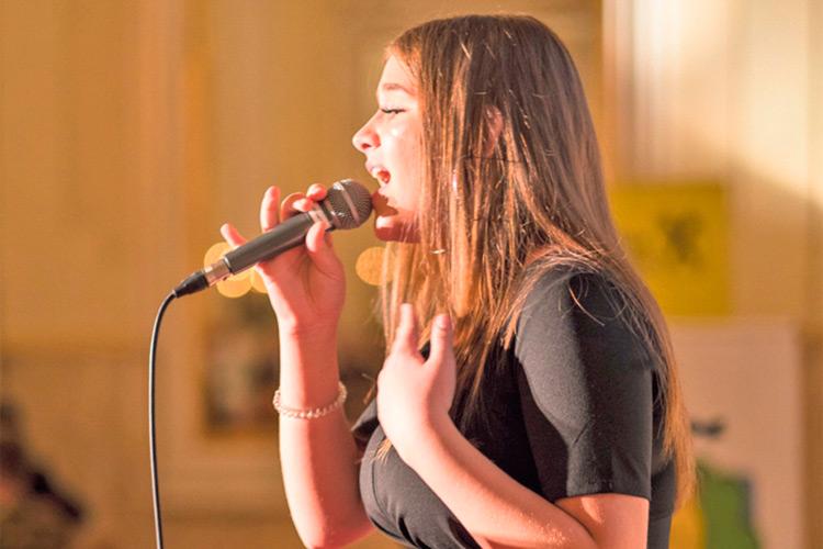 Die überaus junge und talentierte Erȇza Suka bei ihrem Auftritt, begleitet von Aliki Gianniou am Klavier.