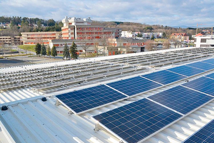 Die hochmoderne Photovoltaik-Anlage auf dem Dach des Parkhauses beim LKH.