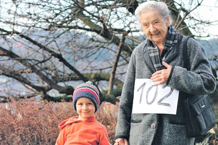"""""""Schisserl Oma im Visier/102 JAHRE plus 60 Tage"""